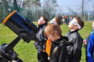 Takole so opazovali mrk osnovnošolci iz podružnične šole Trje.